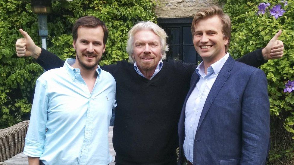 Kristo Kaarmann y Taavet Hinrikus con Richard Branson