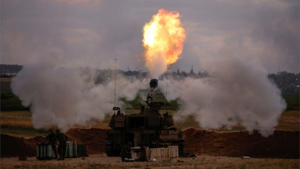 دبابة إسرائيلية تقصف أهدافاً في غزة