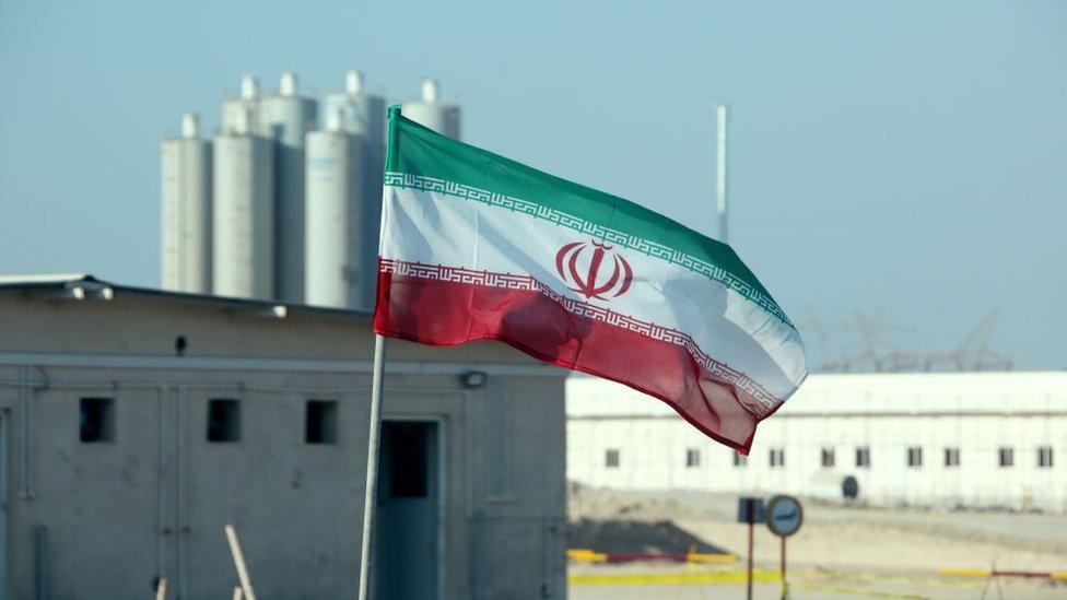 العلم الإيراني في محطة بوشهر للطاقة النووية