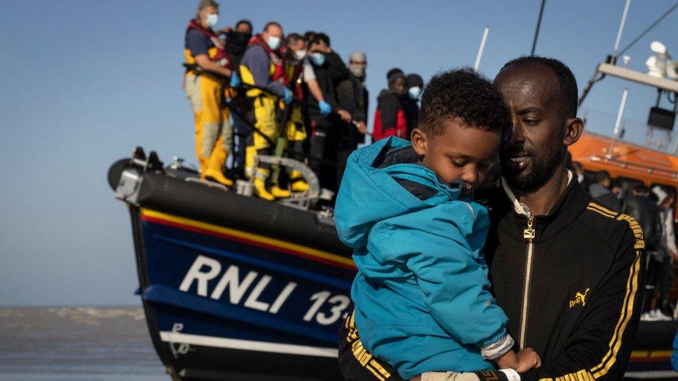 Un grupo de migrantes llegando a la playa de Dungeness, Inglaterra, el 7 de septiembre de 2021.