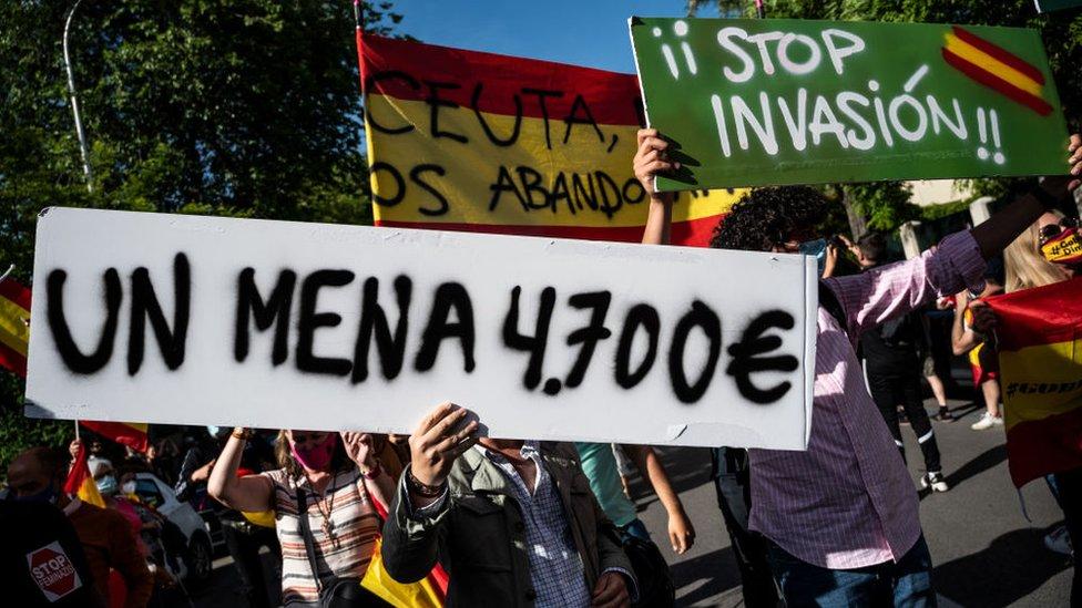 """Di Madrid, ada aksi unjuk rasa yang diorganisir oleh kelompok sayap kanan untuk memprotes apa yang mereka anggap a """"Menyerbu""""."""