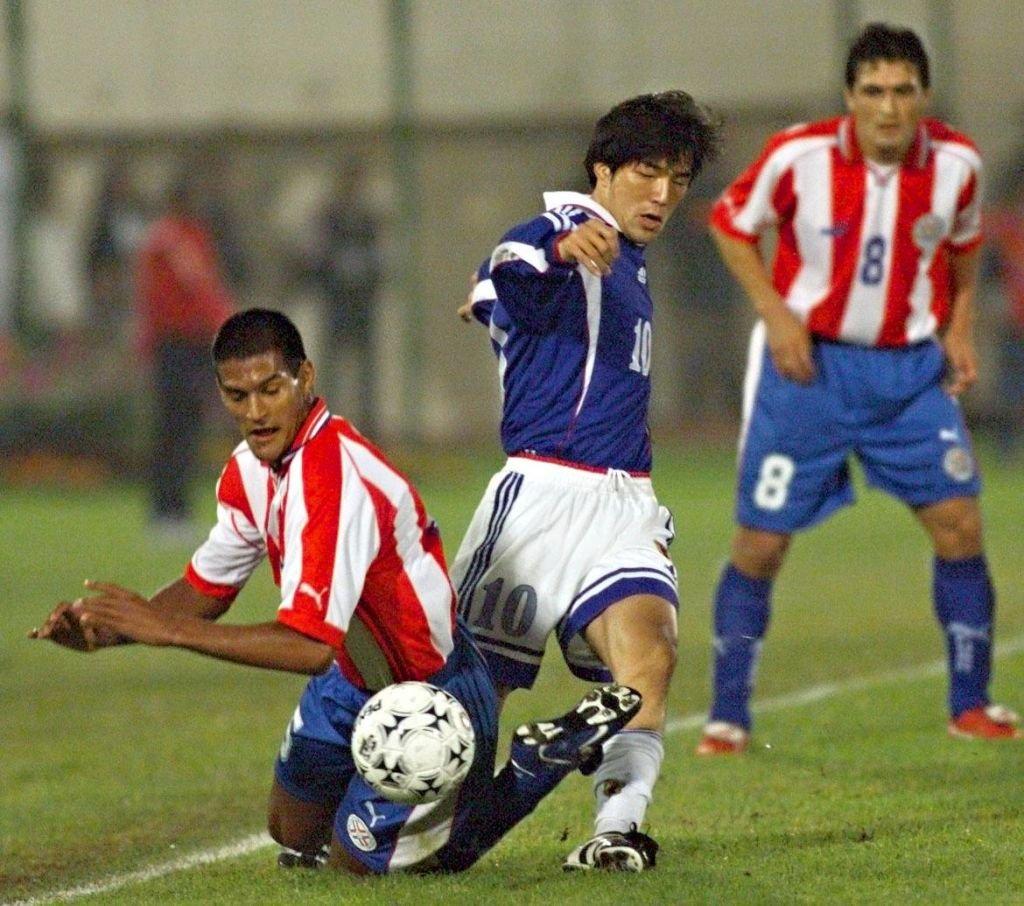 Hiroshi Nanami trata de irse de dos defensores paraguayos en la Copa América de 1999.