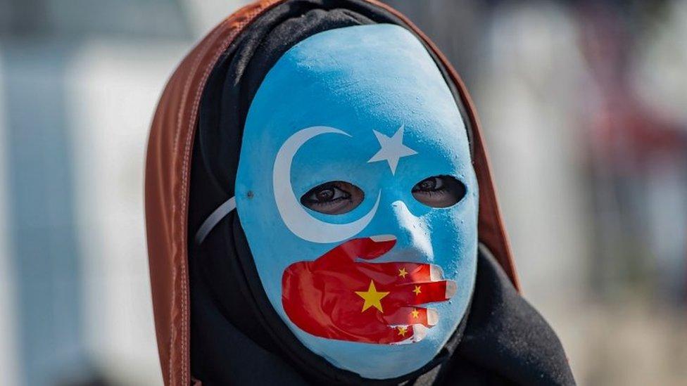 منظمات حقوق الإنسان تقول إن حوالي مليون شخص من المسلمين الإيغور ومجموعات عرقية أخرى يعيشون في معسكرات.