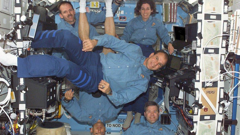 Los miembros de la tripulación del transbordador espacial estadounidense Atlantis, el comandante Michael Bloomfield (centro), el piloto Stephen Frick (derecha, abajo), Lee Morin (izquierda, abajo), Steve Smith (izquierda, arriba) y Ellen Ochoa (derecha, arriba) el 13 de abril de 2002 en una foto informal en el Laboratorio de la Estación Espacial Internacional.