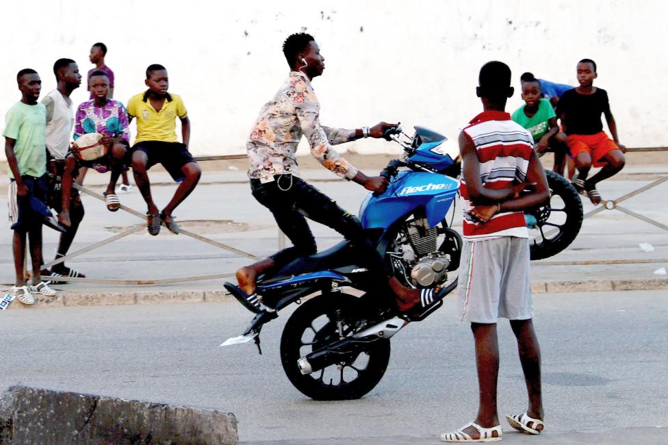 شاب يلعب بدراجة نارية