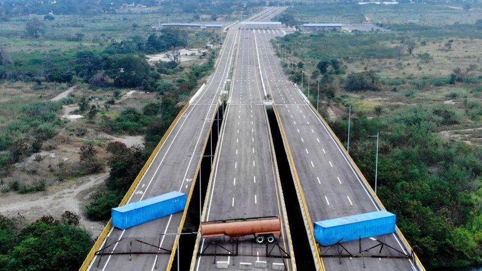 Cisternas bloquean el puente Tienditas, fronterizo entre Colombia y Venezuela