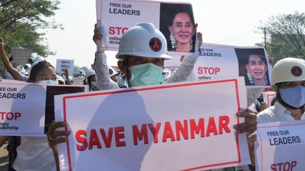 احتجاجات في ميانمار تطالب بعودة سان سو تشي.
