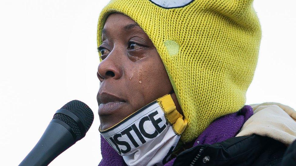 La activista Demetria Hester se dirige al público en una vigilia por Daunte Wright, en Brooklyn Center, Mineápolis.
