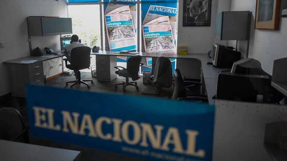 """Empleado en la redacción de """"El Nacional""""."""
