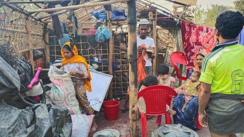 أشخاص في أطلال خيمة