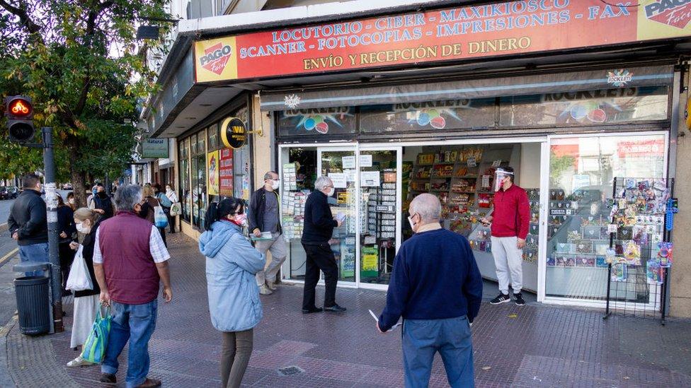 Personas haciendo cola en una tienda en Argentina.