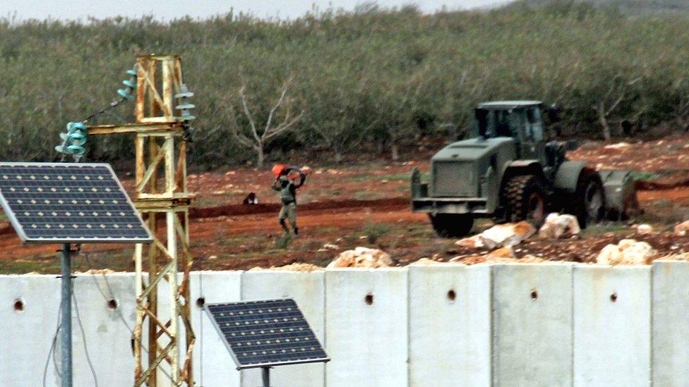 معلقون يرون أن العملية تأتي في سياق تفكيك مواقع القوة لدى حزب الله في سوريا أو لبنان