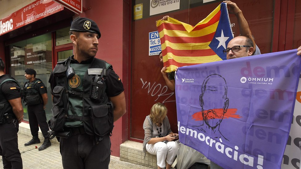 Catalans protest at Spanish Civil Guard search at El Vallenc newspaper, 9 Sep 17