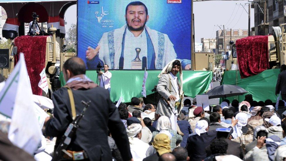 أنصار الحوثيين يستمعون لخطبة متلفزة لزعيمهم عبد الملك الحوثي على شاشة كبيرة