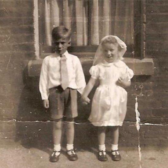 Carolyn Mercer, a la izquierda, junto a su hermana pequeña en 1950.
