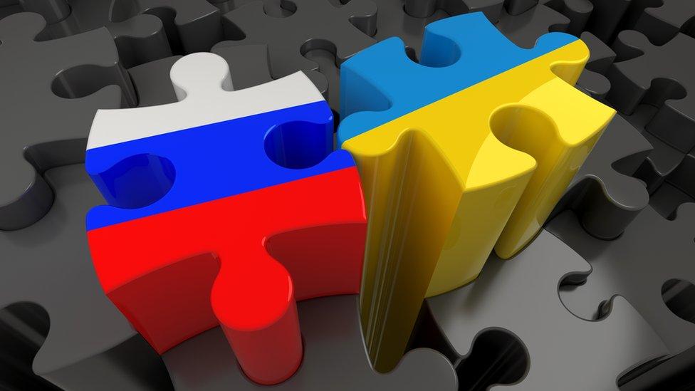 Pieza de puzzle con los colores de las banderas rusas y ucranianas