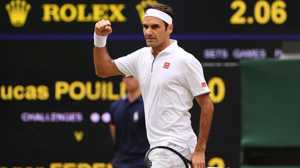 Roger Federer con el puño en alto en Wimbledon