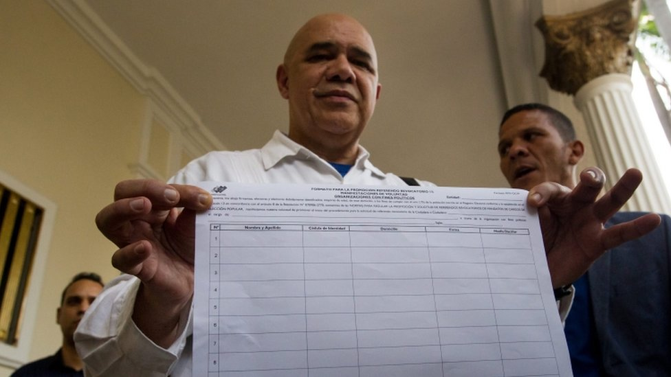 Jesus Torrealba, from Venezuela's opposition MUD, collects papers for the petition on 26 April 16