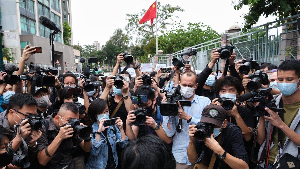 大批媒體記者在新界粉嶺裁判法院外拍攝出席提訊的蔡玉玲(10/11/2020)