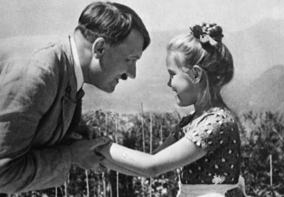 صورة هتلر والفتاة روزا