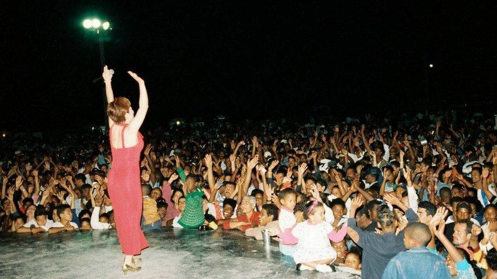 Nora Suzuki en un concierto en Cuba.