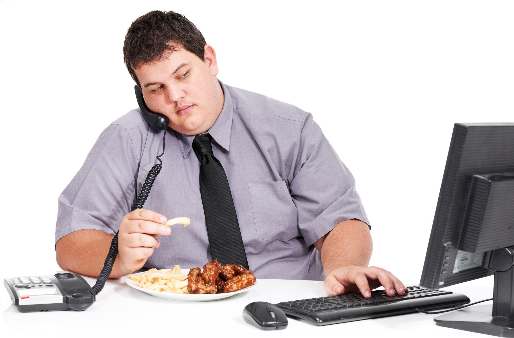 Un hombre comiendo