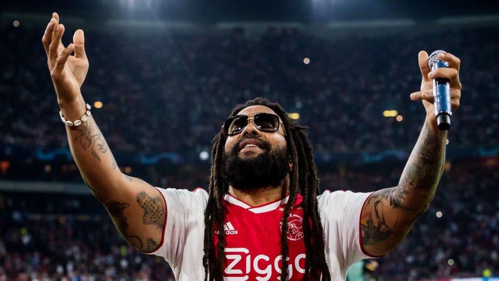 Ky-Mani Marley con la camiseta del Ajax holandés antes de un partido de la Champions League