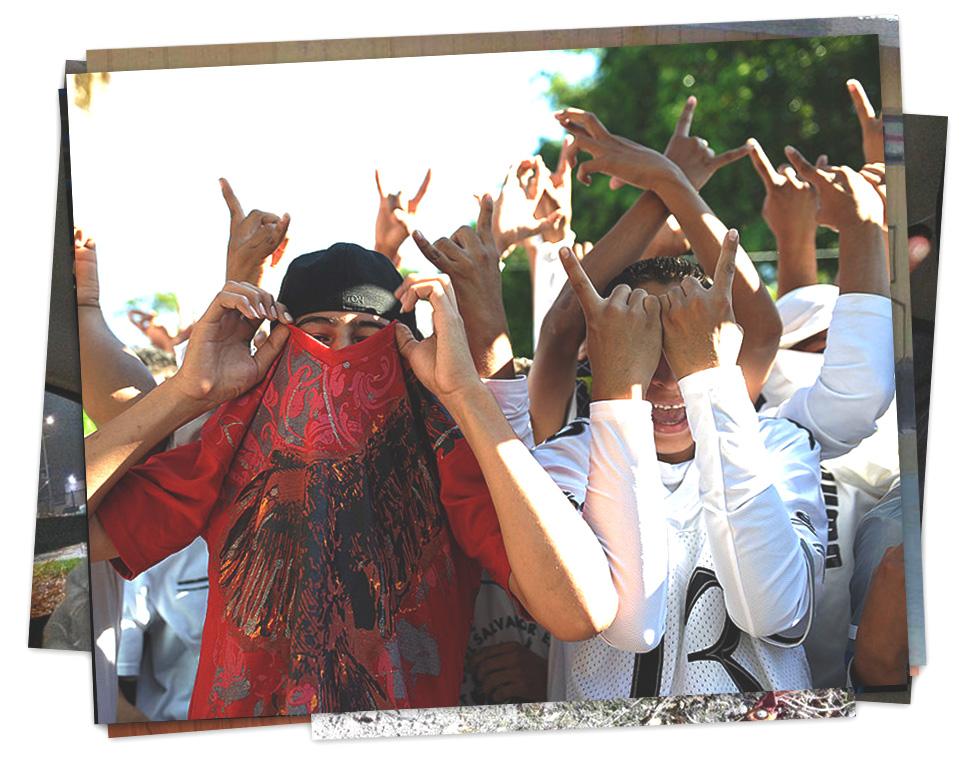 Un grupo de jóvenes salvadoreños hacen gestos con las manos alusivos a la Mara Salvatrucha.