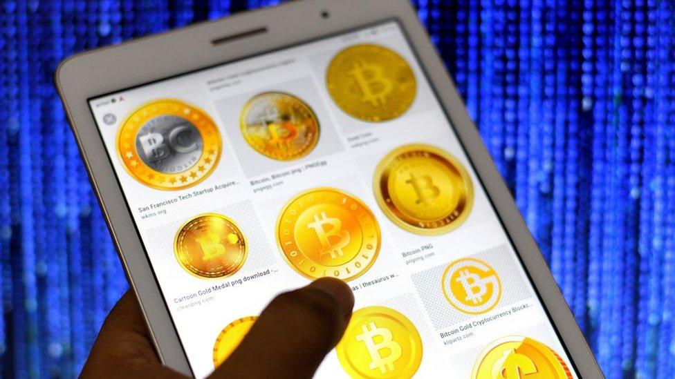 Teléfono con signos de bitcoin.