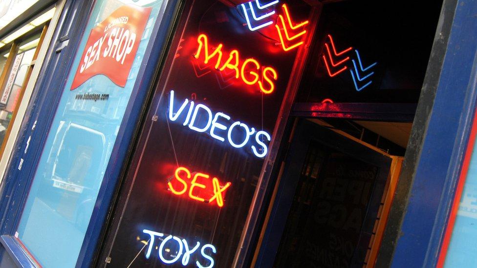 Fachada de una tienda de artículos sexuales