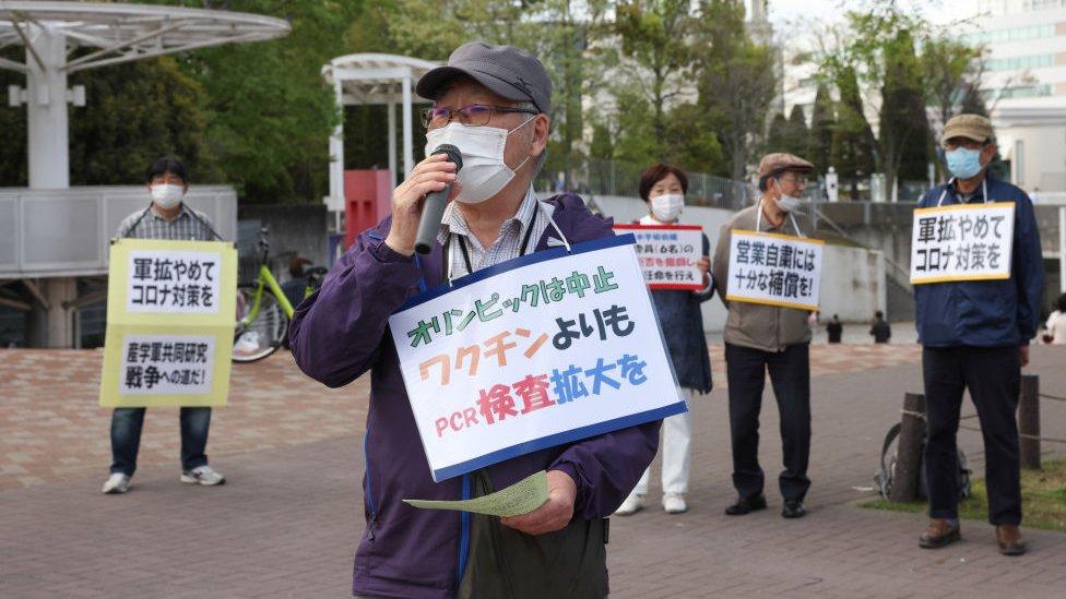 Japoneses protestando por la gestión de la pandemia a comienzos de abril.