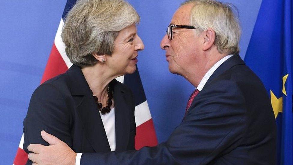यूरोपीय संघ ने ब्रिटेन का ब्रेक्सिट समझौता मंज़ूर किया, पर कई बाधाएं बाकी