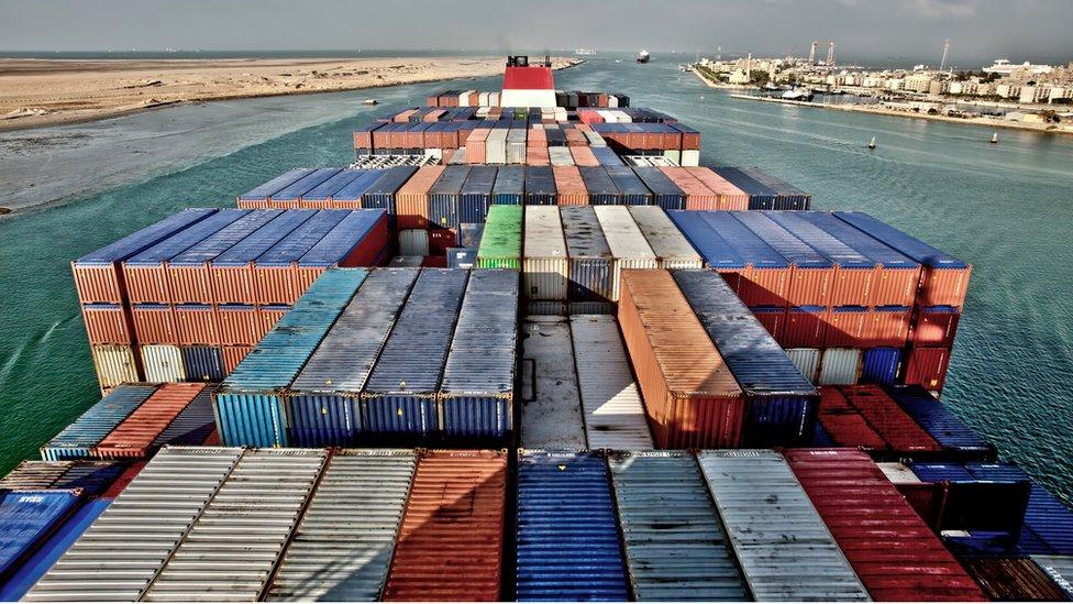 El Canal de Suez, en Egipto, une el Mediterráneo y el mar Rojo.