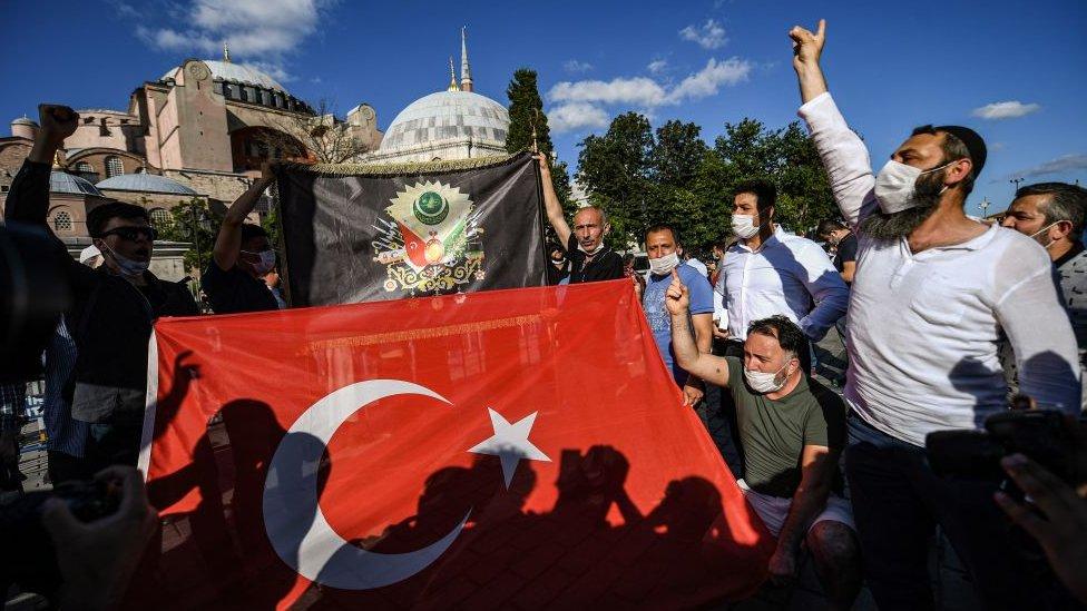 ayasofya önünde türk bayrağı ve osmanlı tuğrası açan göstericiler