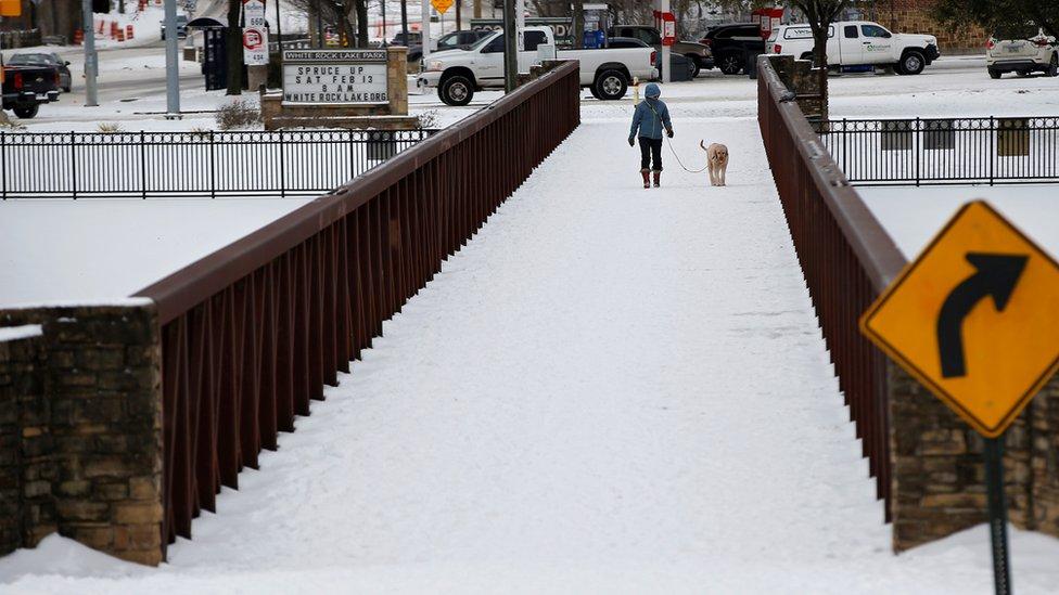 Una calle de Dallas, nevada