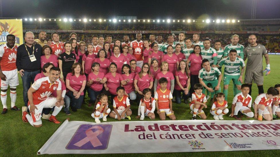 Santa Fe y Equidad junto a mujeres que han sobrevivido al cáncer de mama.