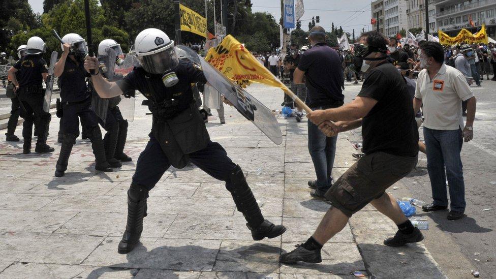 Manifestantes se enfrentan con la policía antidisturbios fuera del Parlamento griego el 29 de junio de 2011 en Atenas.