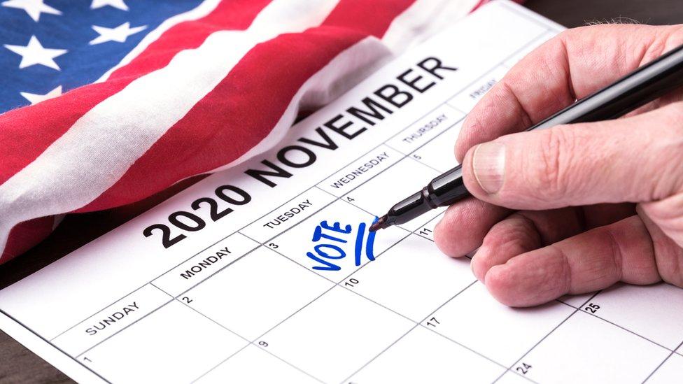 Hombre marca la fecha de votar en el calendario