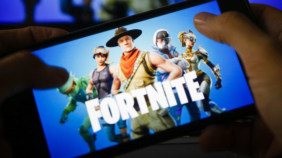Fortnite en una pantalla de celular.