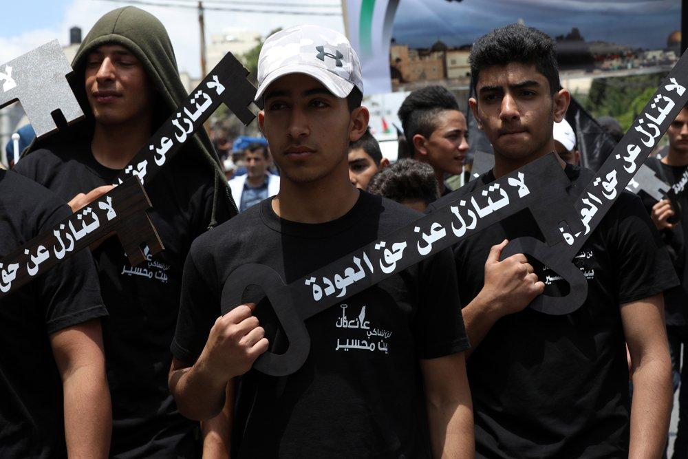Jóvenes palestinos con llaves simbólicas