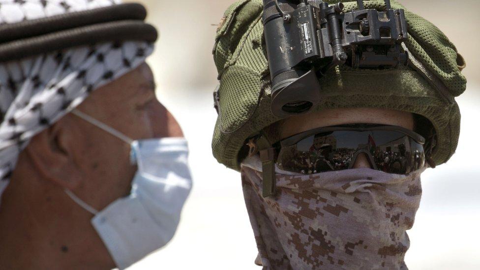 Manifestante palestino y soldado de Israel
