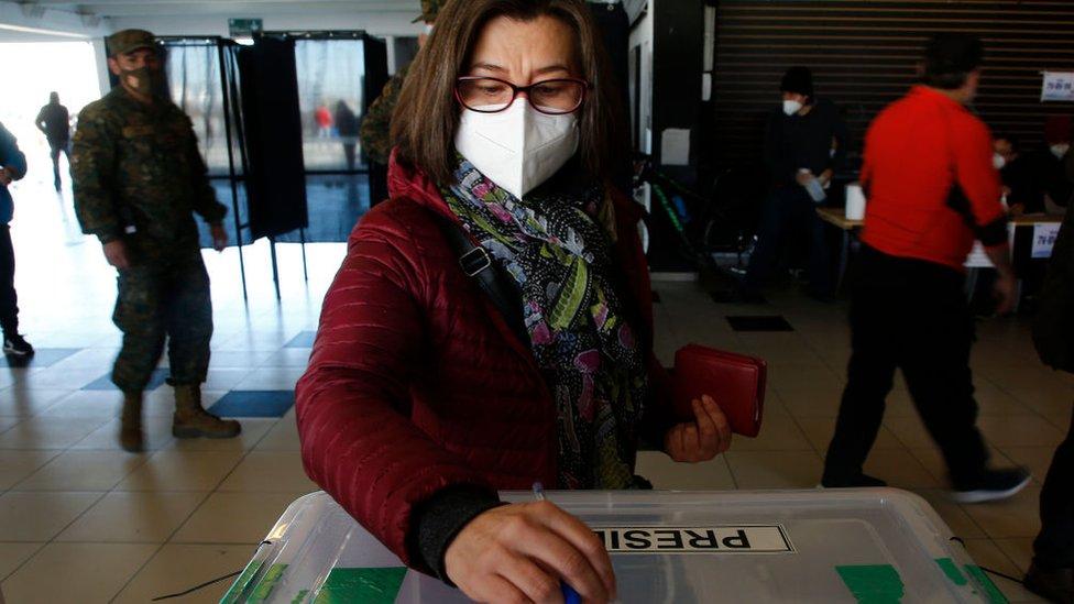 Una mujer vota en las elecciones primarias en Chile