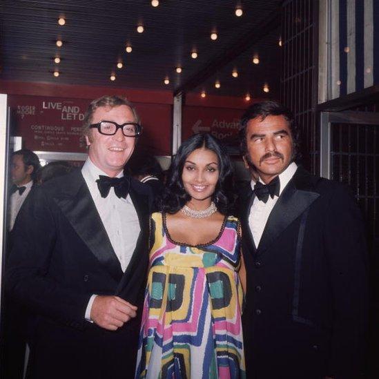 Sa kolegom Majklom Kejnom i njegovom suprugom Šakirom