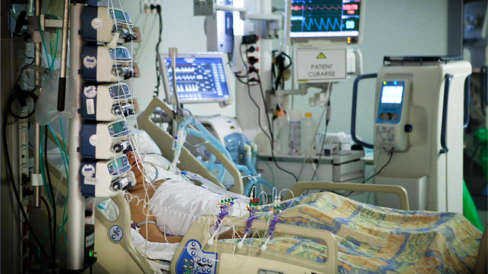 Paciente con un ventilador.