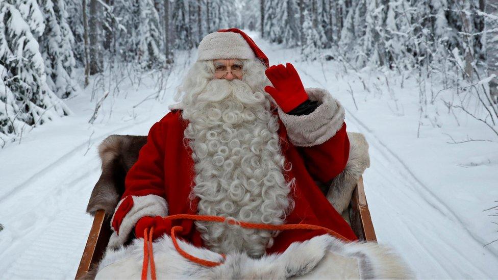 Noel Baba kıyafeti giymiş bir adam