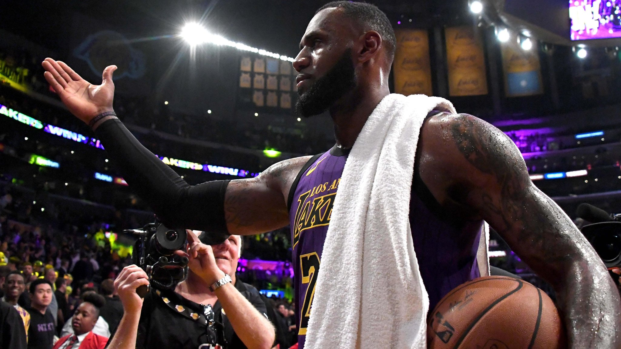 LeBron James passes Wilt Chamberlain on NBA all-time scoring list in Lakers win