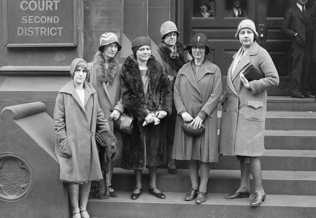 Margaret Sanger y compañía durante el juicio.