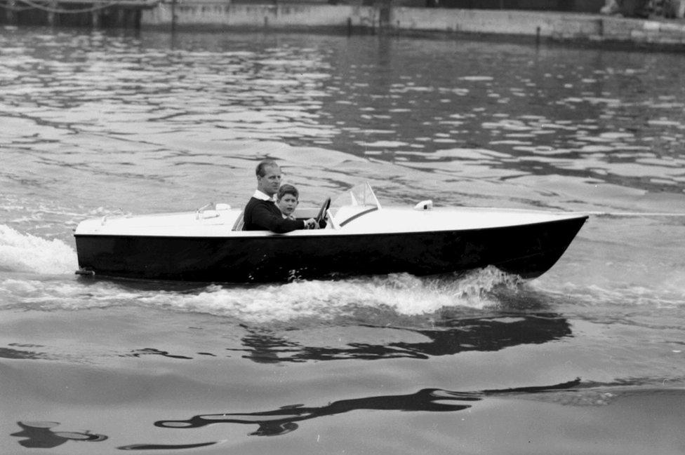 Princ Čarls sa ocem u motornom čamcu