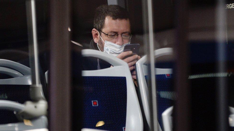 čovek sa maskom madrid španija (13 April 2020)