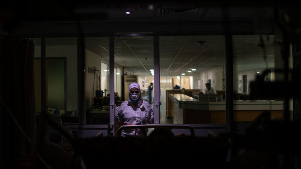 ممرضة لبنانية تعتني بمريض بفيروس كورونا داخل وحدة العناية المركزة في مستشفى رفيق الحريري الجامعي في بيروت